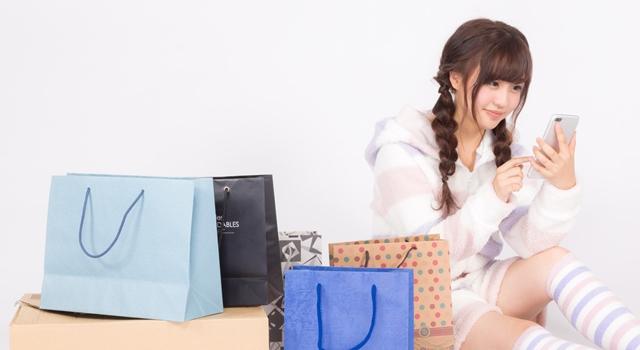 宅配クリーニングを依頼する女性